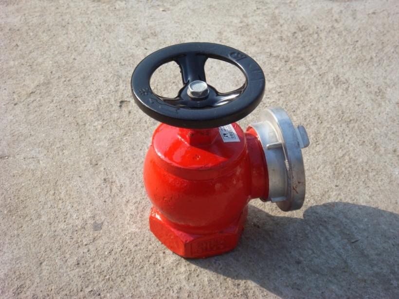 室外消防栓 ,即可接駁水帶,便于操作。 4.地下消防栓 地下消防栓是一種室外地下消防供水設施。用于向消防車供水或直接與水帶、水槍聯接進行滅火,是室外必備消防供水的專用設施。安裝于地下,不影響市容、交通。由閥體、彎管、閥座、閥瓣、排水閥、閥桿和接口等零部件組成。地下消火栓是城市、廠礦、電站、倉庫、碼頭、住宅及公共場所必不可少的滅火供水裝置。尤其是市區及河道較少的地區更需裝設。產品的結構合理、性能可靠、使用方便。當采用地下式消火栓時,應有明顯標志。寒冷地區多見地下式消火栓。 5.